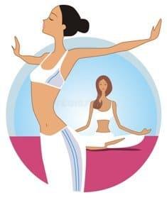 Стройная девушка делает зарядку после йоги