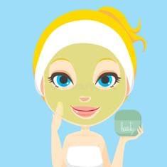 Девушка дома и без косметики, делает себе маску на лице